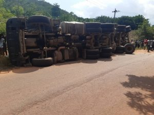 3 people in sad condition after a tipper truck sumasulted